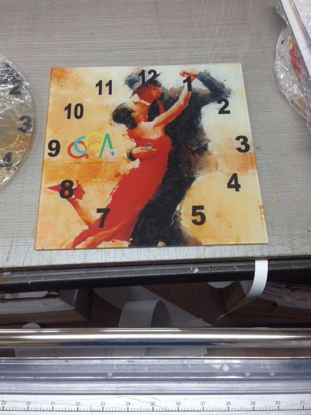 Оригинальные брендированные подарки - настенные часы с логотипом